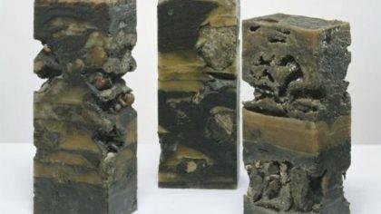 Alfred Graf - Sedimentsäule Donau - Silvretta und Ill, alle 2011, Sand, Steine und Wachs; 22 x 15,5 x 57 cm
