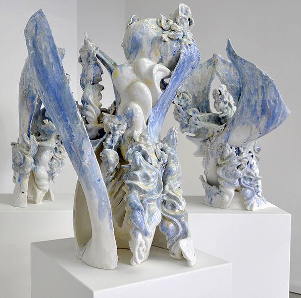 Keiyona Stumpf, Trio, glasiertes Porzellan, Höhe 70 cm