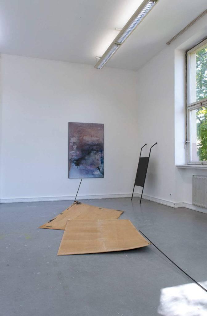 """Alexander Blum Ausstellungsansicht """"Long looking no info"""" Im Vordergrund """"Fleuch"""" Holz, Stahl, Maße variabel, 2016."""