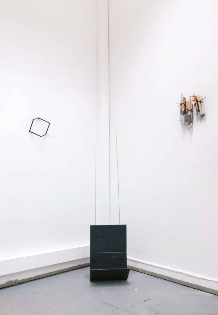 """Alexander Blum Ausstellungsansicht. Im Vordergrund """"Modernes Empfangsgerät"""", lackierter Stahl, Kupfer, 45x20x160, 2014. Links """"O.T."""" lackierter Stahl, 17x17x17,2014. Rechts """"No no Magic"""" ca.25x10x30,2014."""