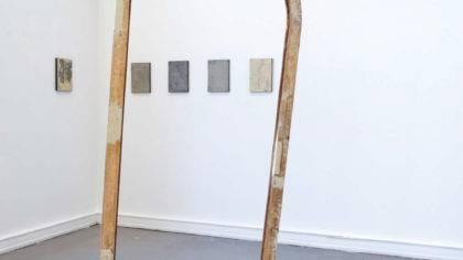 """Alexander Blum Ausstellungsansicht: """"Long looking no info"""" 2016. Im Vordergrund """"Bogen"""" Stahl, Holz, 2k Spachtelmasse 115x28x235cm, 2015. Im Hintergrund """"Gotcha"""" Serie, Stahl, 2k Spachtelmasse, Holz, Pigment, Gummi, Beton. Jeweils 21x29cm 2016."""