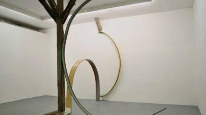 Maria Muñoz,Interruption, 2013, Ausstellungsansicht Kunsthalle M3, Mengerzeile, Berlin, Sperrholz, Acrylfarbe, Acryllack, Maße variabel, 3teilig